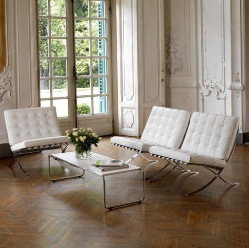 seleção de 10 cadeiras icônicas do design, cadeira Barcelona em couro branco. Ambiente clássico com duas poltronas em couro branco e e metal