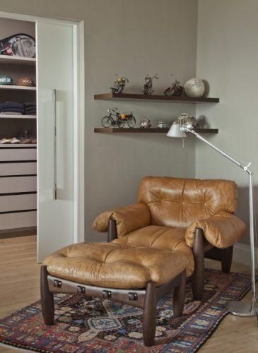 seleção de 10 cadeiras icônicas do design, Poltrona Mole em um cantinho de leitura.