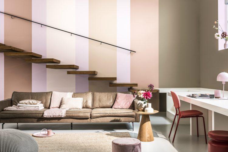 Cor do Ano da Coral para 2021. Parede de fundo de uma escada pintada com listras nas cores bege, branco e rosinha