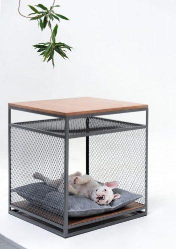 mesa lateral quadrada em aço e madeira desenhada para pets. Um cachorro buldog frances na parte de baixo