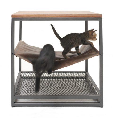Linha de móveis em estilo industrial pensada para pets, mesinha lateral quadrada e no meio, na parte de baixo um mini rede para gatos