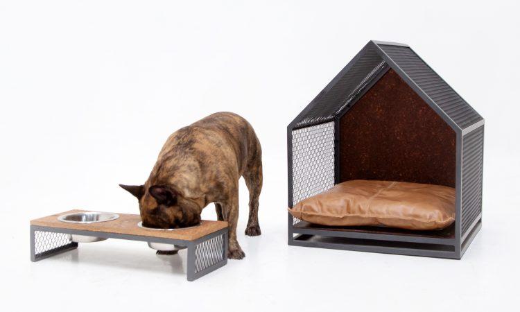 Comedouro e casinha para cachorro em aço e madeira. Um cachorro box comendo box