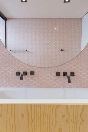 Paredes geométricas, parede da bancada do banheiro revestida com hexágono rosa