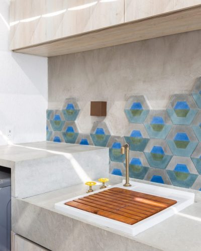 parede de funda da bancada da lavanderia com revestitimento hexágono turquesa e cimento