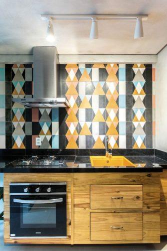 Parede de fundo da cozinha com azulejo geometrico em amarelo e turquesa