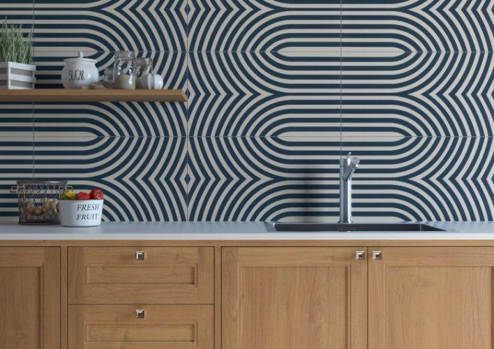 paredeem cima da bancada da cozinha revestida com azulejos azuis e brancos formando uma geometria eclipse