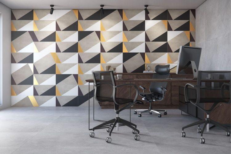 Parede de fundo de um home office revestida com azulejos geometricos em cinza e branco