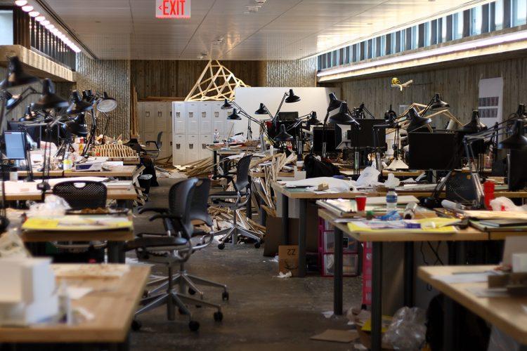 Ateliê da Faculdade de Arquitetura da Universidade de Yale (imagem: Ragessos) Mesas uma ao lado da outra com ambiente sujo e com lixo, bagunçado