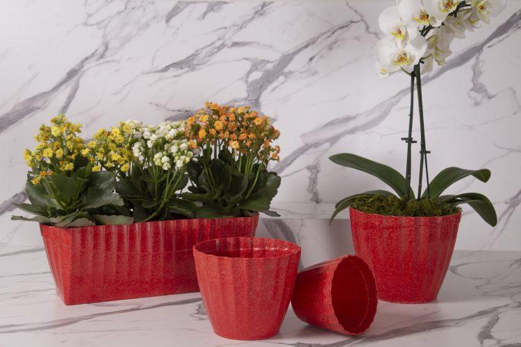 Vasos de plantas reciclavies, na cor vermelha, redondo com um orquidea e retangular com kalanchue