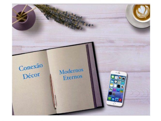 imagem de um caderno com folhas lisas abertos e um celular ao lado