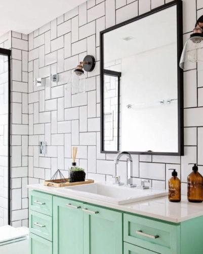 revestimento do banheiro instaldo com peças em na horizontal e na vertical