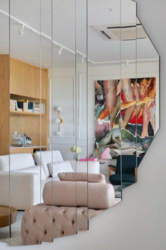 Espelho na parede, redondo mas formado com fatias verticias dão o formato circular