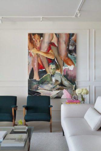 Quadro do artista Daniel Lannes na parede. Um tela colorida com pernas e figuras impressinistas