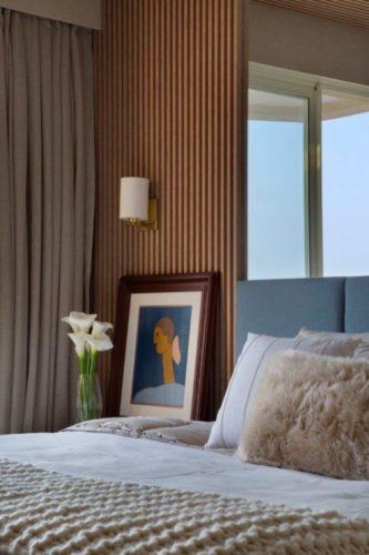 Parede da cama de caal com painel ripado em madeira