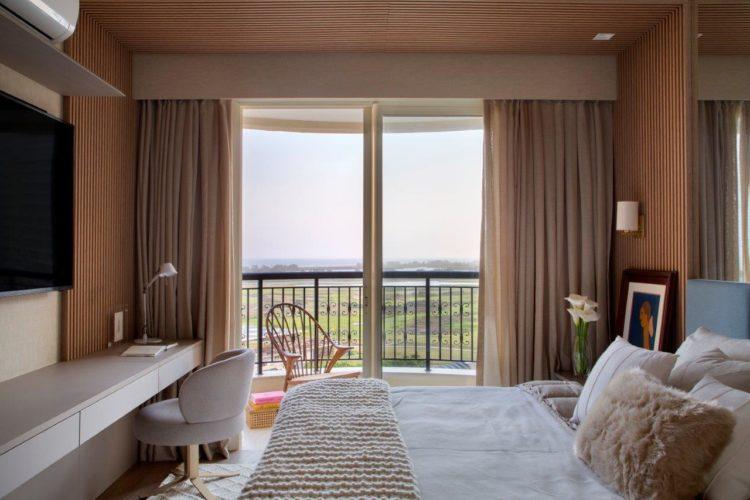 Apartamento de 300 m2 com décor contemporâneo. Quarto de casa com sacada e vista para a Lagoas de Marapendi, na Barra da Tijuca