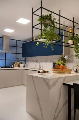 Cozinha com armarios na cor azul