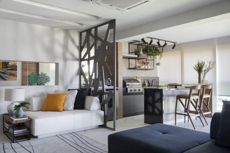 Com a saída de casa dos filhos, casal decidiu reformar o apartamento para aproveitar a nova fase da vidaSala com varanda fechada e lugar para churrasqueira e bancada