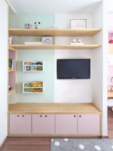 Quarto de menina decorado, tv na parede com armario embaico com portas rosa