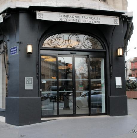 """Entrada da loja Loja da Compagnie Française de l""""Orient e de la Chine no Boulevard Haussmann - Paris. Fachada na cor preta"""