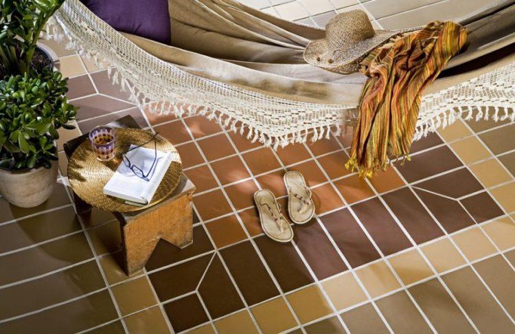 Diferentes formas de paginar cerâmicas e porcelanatos em pisos e paredes. Piso com peças e cores variadas formando uma paginação diferente