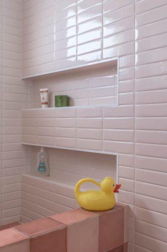 Box de banheiro revestido com azulejo rosa clarinho do formato retangular aplicado na horizontal