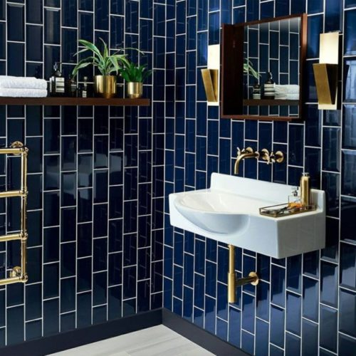 Diferentes formas de paginar cerâmicas e porcelanatos em pisos e paredes. Parede de banheiro com revestimento retangular peto formando uma paginação vertical