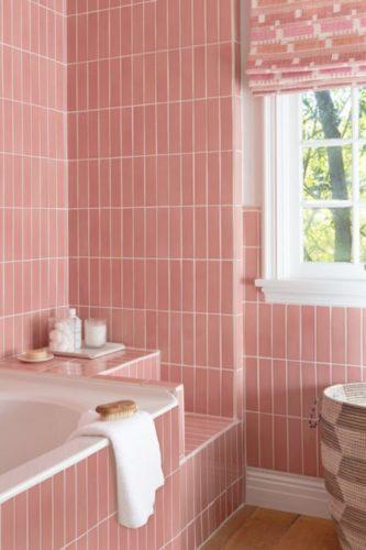 banheiro com revestimento retangular na cor rosa aplicado na vertical.