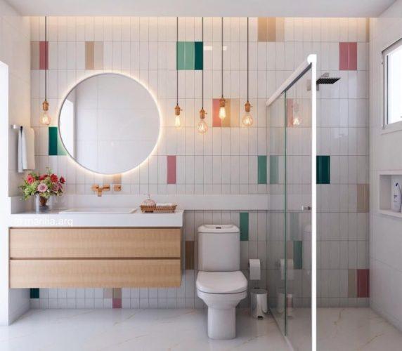 parede de fundo em um banheiro com revestimento retangular na cores branco, e salpicado de verde e vermelho , aplicado na vertical