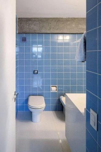 Banheiro cm azulejo azul formando uma paginação alinhada