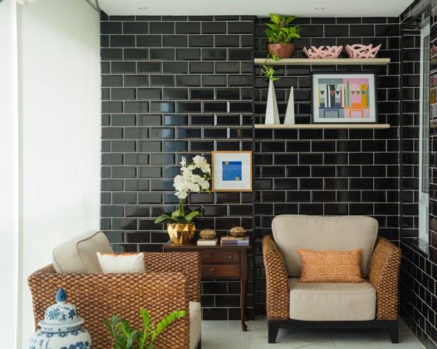 Diferentes formas de paginar cerâmicas e porcelanatos em pisos e paredes. Varanda com a parede de fundo revestiedo com azulejo preto retangular aplicado na horizontal