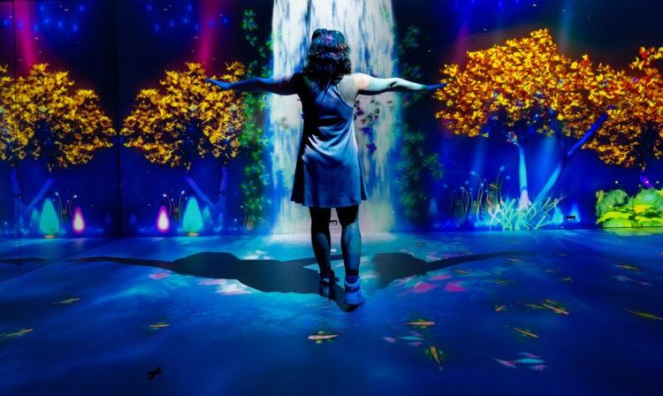 imagem em render da exposição com projeções graficas