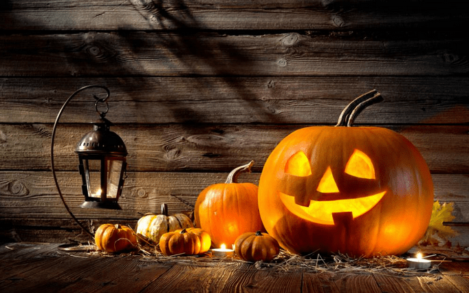 O décimo mês. Mês de Halloween. Abobora recortada com sorriso e luz dentro