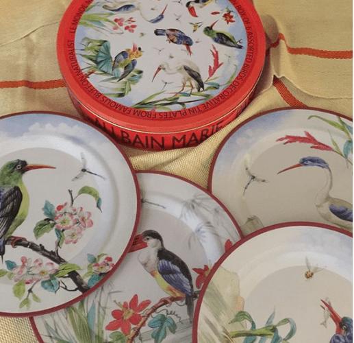 Louça da marca francesa Au Bain Marie, pratos estampados com flores e passáros