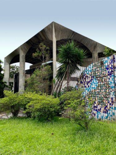 MOSTRA MODERNOS ETERNOS: CASAMENTO PERFEITO ENTRE PASSADO E PRESENTE. Na casa pouso Alto brutalista com painel na fachada