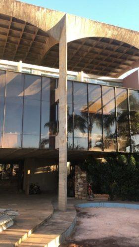 MOSTRA MODERNOS ETERNOS: CASAMENTO PERFEITO ENTRE PASSADO E PRESENTE. Fcahada da casa Pouso Alto, brutalista, sede da mostra virtual de decoração