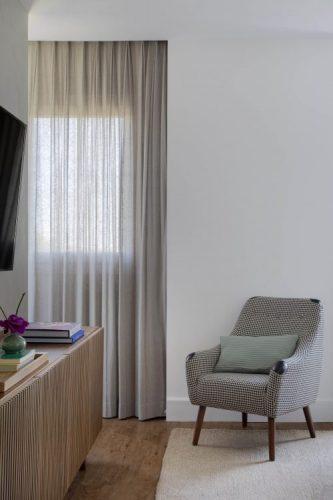 Apartamento na Barra repaginado via Miami. cortina em linho bege dentro da sanca