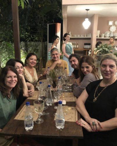 Turma de jornalistas e designers em torno de uma mesa