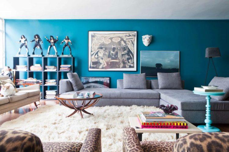 5 cores tendência de 2021, sala pintada com a cor azul agua e um sofá cinza