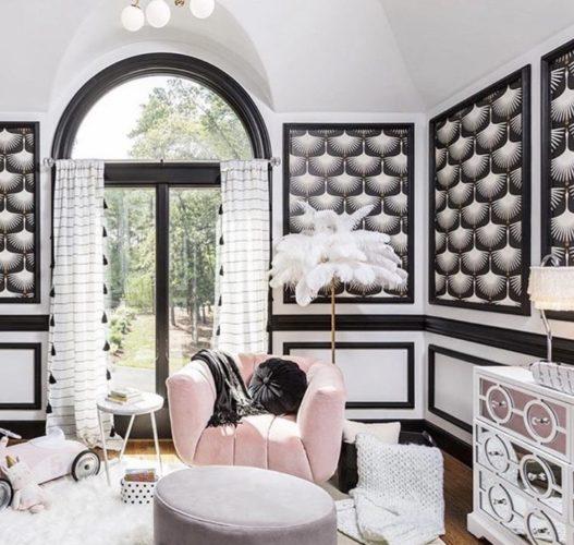 Quarto de criança decorado em preto e branco. Com boiseries pretas aplicadas na parede branca e dentro papel de parede tb preto e branco