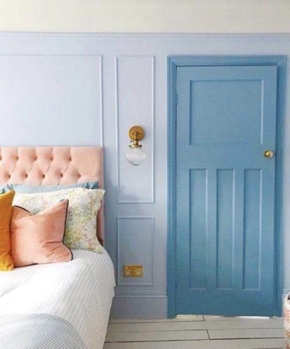 Quarto com a parede pintada de azul clarinho e contraste com o azul mais escuro da porta de entrada.