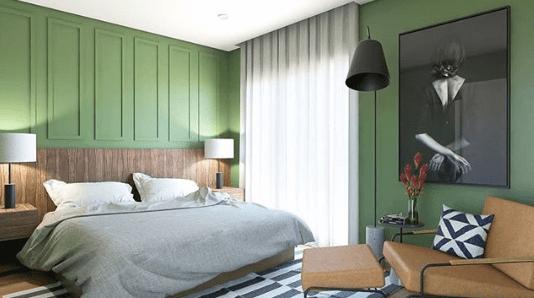 Quarto de casal com as paredes na cor verde, cabeceira em madeira em cima boiserie aplicada na parede na mesam cor verde,