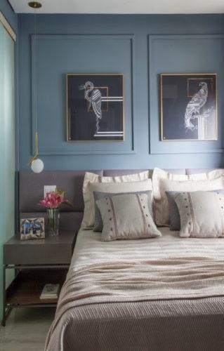 Boiserie: 5 dicas de arquitetos para usar esse elemento no décor. Quarto de casal com a parede azul atras da cama e boiserie na mesma cor