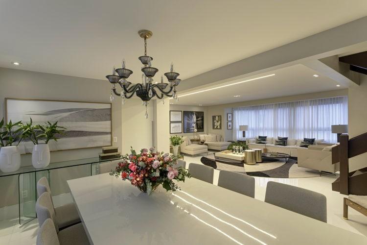 Projeto de cobertura em Salvador . Sala grande e clara, com decoração base branca. Mesa de jantar branca, sofá branco