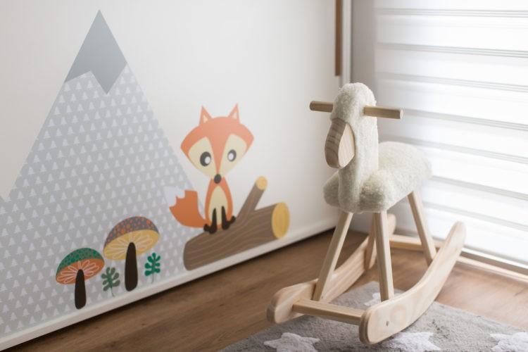 6 dicas que você precisa levar em conta na hora de montar o quarto do bebê. Brinquedos para interagir. Carneirinho de balanço.