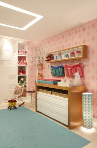 6 dicas que você precisa levar em conta na hora de montar o quarto do bebê. Móvel multifuncional, trocador e comoda junto. Papel de parede rosa
