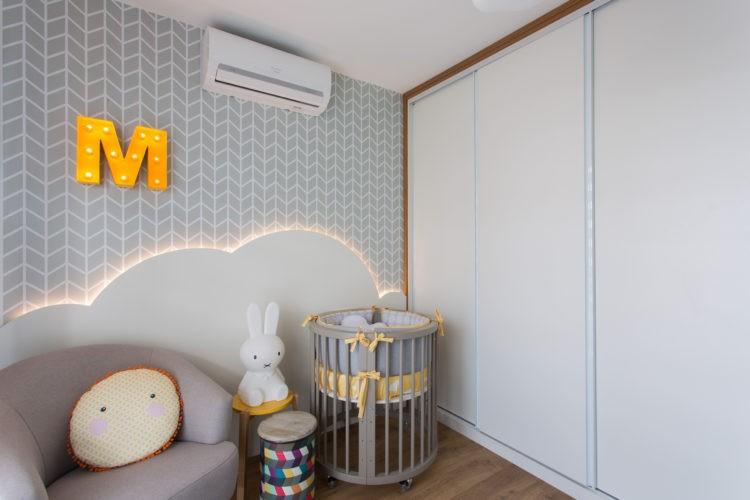 6 dicas que você precisa levar em conta na hora de montar o quarto do bebê. Painel em forma de nuvem ocupa meia parede e tem uma iluminação em fita de led.