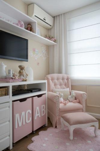 6 dicas que você precisa levar em conta na hora de montar o quarto do bebê. Poltrona para amamenar e um puff na frete, ambos na cor rosa. Umm móvel branco ao lado com dois nichos embutidos para guardar brinquedos, ambos na cor rosa