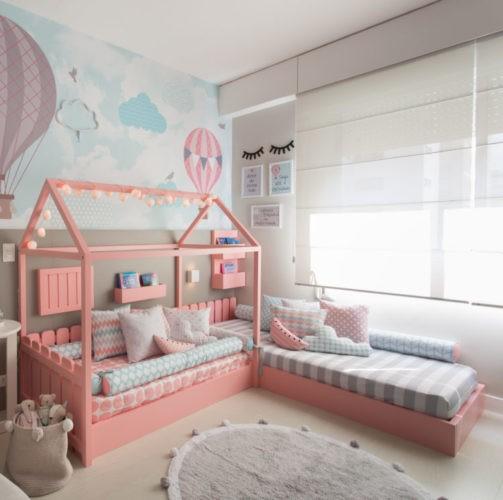Quarto Montessoriano. Duas camas baixas, com base na cor rosa e uma delas com desenho de casinha.