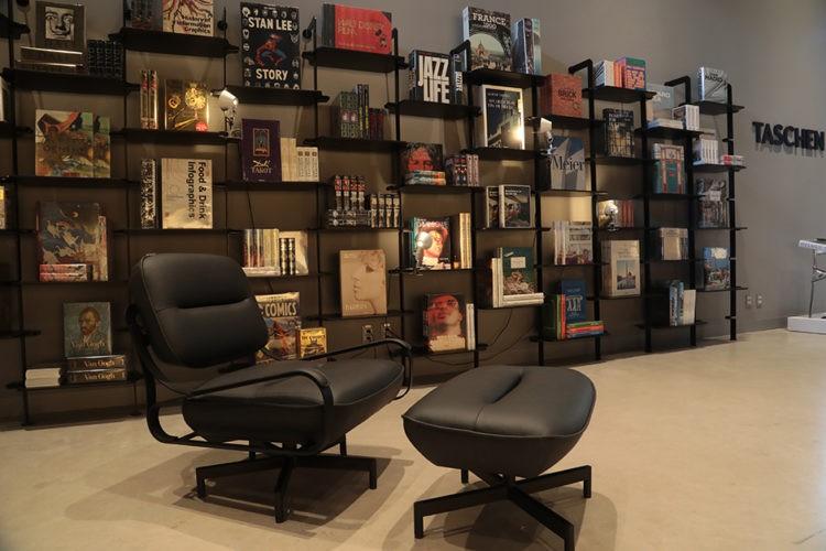 """Abertura da exposição """"Taschen 40"""", estante na loja da Mula Preta com varios titulos da editora"""