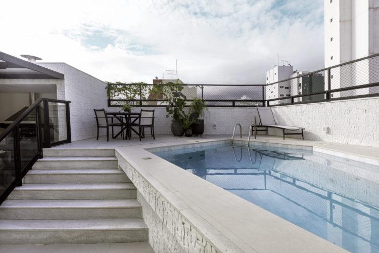 Projeto de cobertura em Salvador inspira criação de aplicativo Decor.App. Parte externa com piscina e uma pequena escada para levar até la